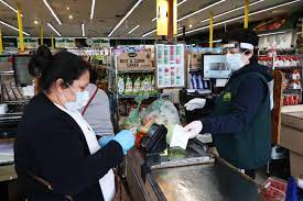 Doctor refuses to wear a mask in the supermarket, booked